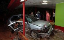 Veículos vão parar dentro de residência após colidirem fortemente no distrito de Sub-Sede em Santa Helena