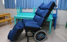 Secretaria de Saúde repassa cadeira de rodas adaptada para APAE