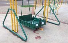 Jovem fica gravemente ferido ao cair de balanço para cadeirantes no Calçadão