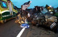 Plantão: Caminhonete fica destruída após colisão com caminhão na BR-277