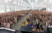 Show de humor e sertanejo atraiu mais de 2.500 pessoas em evento de homenagem ao Dia da Mulher em Santa Helena