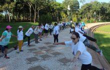 Idosos do Distrito de Sub Sede praticaram caminhada na praia