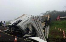 Vídeo: Em Céu Azul três caminhões batem e motorista morre embaixo de postes