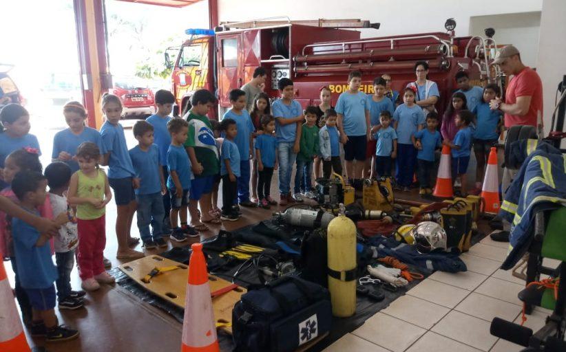 Alunos de Diamante do Oeste visitam quartel dos bombeiros em Santa Helena