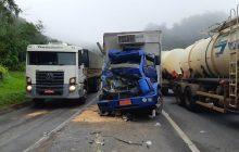Batida entre dois caminhões deixa uma adolescente morta na BR-277