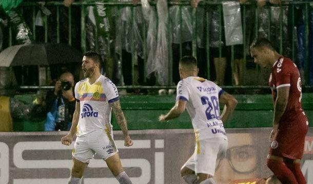 Com dois gols de Everaldo, Chapecoense vence o Inter; Veja tabela completa.