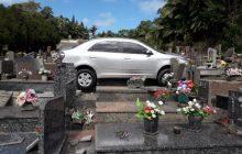 Inusitado: Motorista esquece de puxar freio de mão de carro e invade cemitério