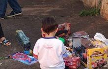 Criança comove policiais ao pedir brinquedo, usado pela mãe para espancá-la; vídeo mostra agressão