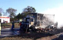 Vídeo: Em Matelândia caminhão de Medianeira fica destruído após pegar fogo na BR 277