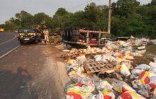 Carreta carregada com sal capota na BR 163 em Marechal Cândido Rondon e deixa condutor ferido