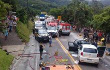 Irmãs de 4 e 9 anos morrem e oito pessoas ficam feridas após dois carros baterem de frente na BR-470 em SC