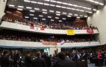 Contrários a mudanças na Previdência, servidores invadem Assembleia Legislativa do Paraná