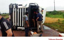 Carreta carregada com soja tomba no Paraguai