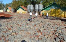 Acessos e Pátios de propriedades rurais de Entre Rios do Oeste recebem melhorias