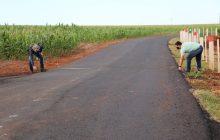 Fiscais de Santa Helena conferem dimensões dos novos trechos de asfalto no interior