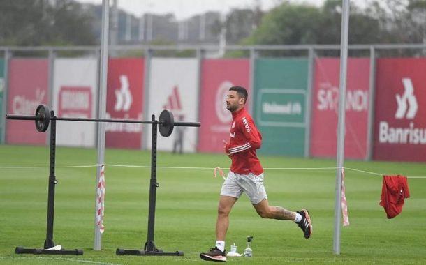 Internacional faz treino com bola à distância e demite 8% dos funcionários