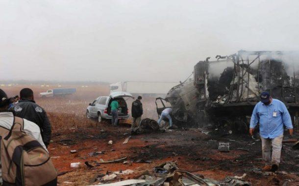 Três motoristas morrem carbonizados em colisão entre caminhões