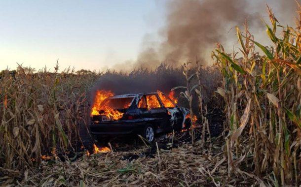Carro carregado com cigarros é destruído pelo fogo após fuga da PRF em São Miguel do Iguaçu