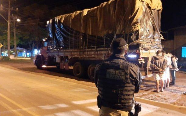 BPFRON apreende 600 kg de maconha em um caminhão em Diamante do Oeste; 3 pessoas foram presas.