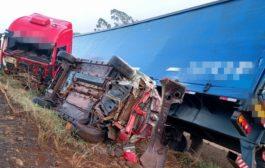 Acidente entre carreta e carro é registrado na BR-277 em Matelândia