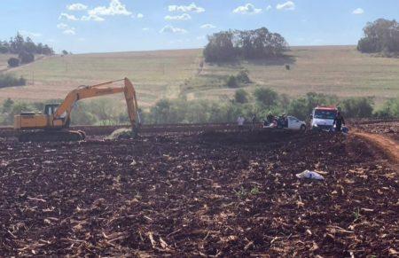 Trabalhador rural é socorrido com retroescavadeira após levar mais de 300 picadas de abelhas