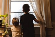 Mãe é detida pela Polícia acusada de deixar crianças menores sozinhas dentro de casa