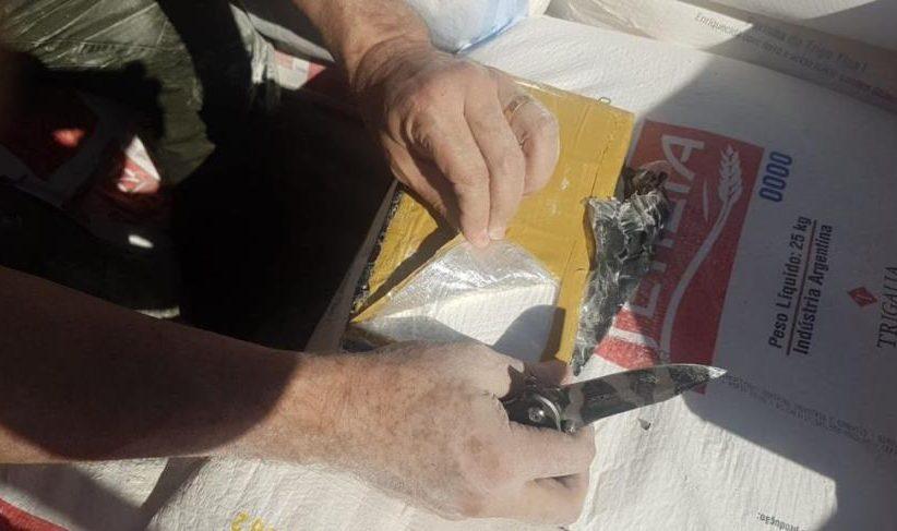 Caminhão carregado de trigo abordado em Céu Azul escondia 7 milhões em cocaína e armas