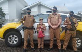 Polícia Militar de Missal presenteia criança com farda militar