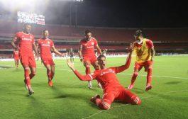 Inter massacra São Paulo com futebol de campeão e vira líder do Brasileirão