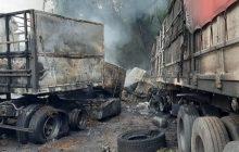 Grave acidente entre carretas deixa ao menos duas vítimas fatais