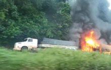 Com caminhões diferentes, pai e filho se envolvem em acidente na BR-467 e um deles morre após veículo pegar fogo