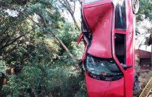 Motorista perde controle e carro cai dentro de rio