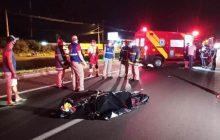 Homem morre após ser atropelado e jogado para a outra pista