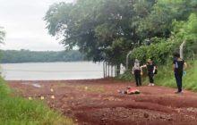Homem é encontrado morto com marcas de tiros em prainha da região