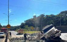 Acidente com carreta carregada com cimento assusta e deixa vários feridos na BR-277