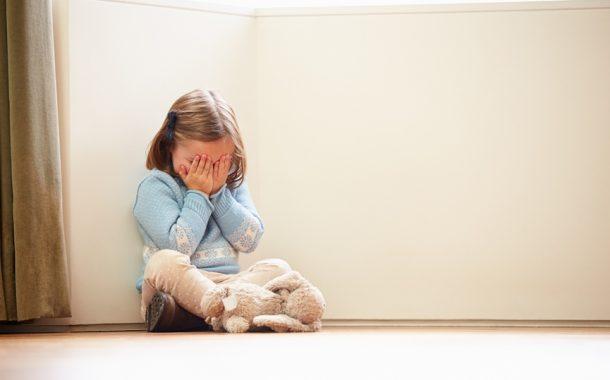 Homem é preso após agredir criança de 4 anos e deixá-la em pé o dia todo como forma de castigo