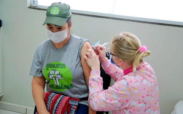 Trabalhadores da limpeza urbana recebem vacina contra Covid em Itaipulândia