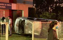 Condutor perde controle da direção e veículo bate e destrói grade de UBS em Itaipulândia