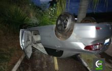 Jovem capota veículo ao arrancar coqueiros na PR 495 em Entre Rios do Oeste