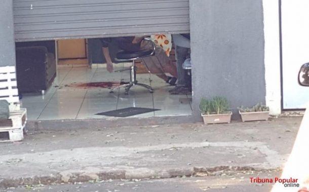 Jovem é executado com três tiros à queima-roupa enquanto cortava cabelo em barbearia
