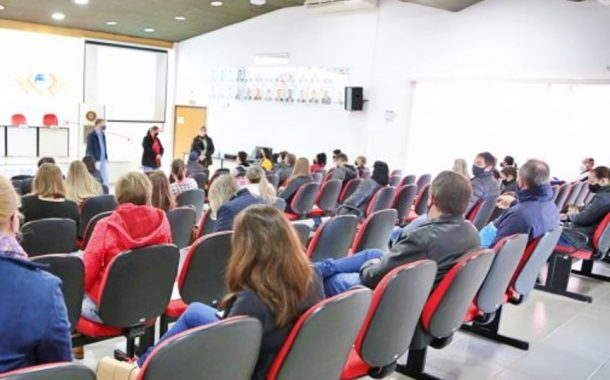 Palestra com psicóloga encerra atividades de planejamento do Colégio Costa e Silva de Itaipulândia
