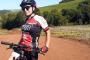 Casal de ciclistas é atingido por veículo; mulher morre e homem fica gravemente ferido