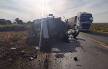 Homem morre, e carro parte ao meio após batida com caminhão na PR-182, em Realeza