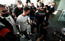 Messi chega a aeroporto para viagem à França, e pai confirma acerto com o PSG