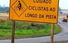 Medianeira/Serranópolis: DER inicia instalação de placas sinalizando a presença de ciclistas na rodovia