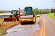 Serviços de recuperação de pista com tapa buracos é realizado na estrada Itaipulândia à Missal