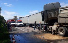 Engavetamento envolvendo 8 veículos deixa pelo menos 2 mortos na Rodovia
