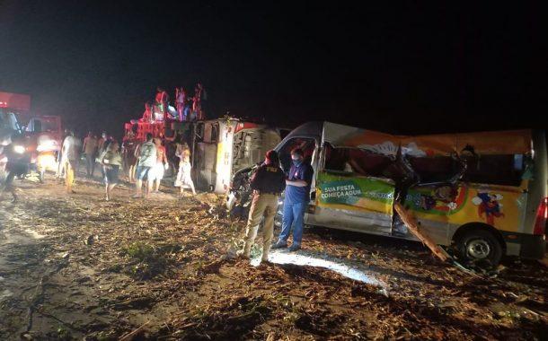 Acidente entre ônibus, van e carreta deixa 12 mortos